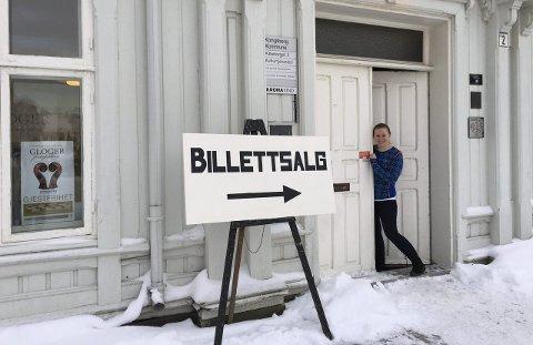 Er på plass: Helene Medhaug Simonsen er gruppeleder for billettsalget under Glogerfestspillene. Her står hun i døra på Kirkegata 2. Foto: Ingvild støa Skrede