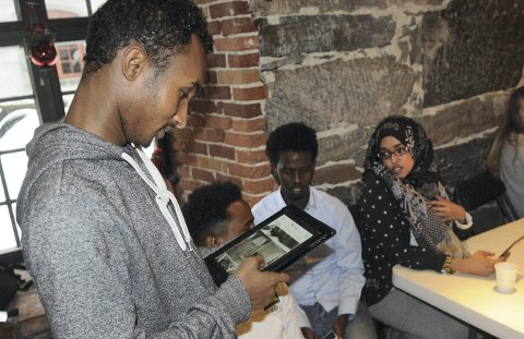 ENGASJERT: Mohammed Yusuf, Hasen Sid, Abdullahi Mohamed og Asho Omar, likte det de var med på under fotoworkshopen rundt i Kongsberg fredag. FOTO: CATO MARTINSEN