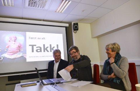 NY AVTALE: Festivalsjef Kai Gustavsen signerer avtalen med DNB. Tom Arne Akerholt og Marit Norendal i lokalbanken er fornøyd.Foto: Mona Sandviken