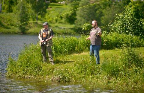 SLENG: Lp-fiskerne prøvde seg midt i byen, uten særlig napp. De inviterer nå alle til en stor fiskekonkurranse som går hele sommeren. Lars Bryne (t.v.) og Arild R. Hansen.