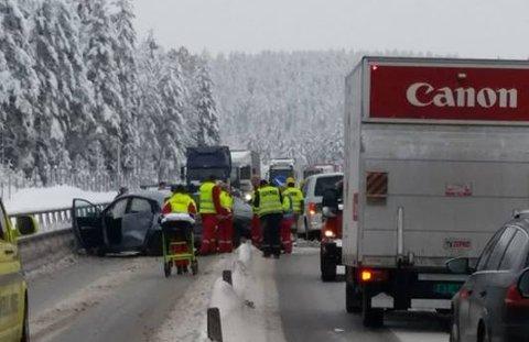 SMELL: Tre biler var involvert i ulykken. E134 ble sperret.