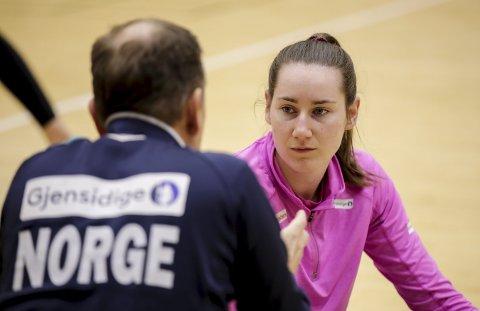 GIR RÅD:  Landslagssjef Thorir Hergeirsson snakker med Ingvild Kristiansen Bakkerud før VM kampen mot Serbia.