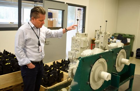 SJEFEN: Administrerende direktør i Servi Group, Tom Arne Solhaug, får endelig levert nødrespiratorene til land som er hardt rammet av korona. Bildet ble tatt i 2020.