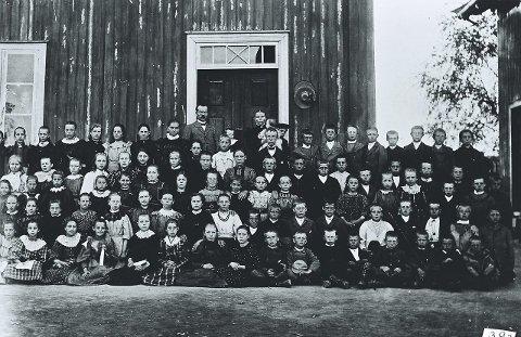 ANNO 1900: Elever, trolig i storskolen (4.-7. klasse), og lærere ved Høvik skole foran den gamle skolebygningen på Lierstranda. Det var som en høytidsstund å få være med i et skolebilde. De fleste var kledd i det beste de eide, men mange var nok også blitt holdt hjemme fordi de manglet passende klær. Bildet er tatt rundt 1900. Bilde: Lier Historielags bildesamling