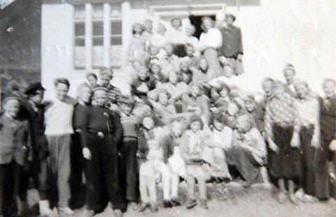 Deltakerne på ungdomsleir på Klippen i Sennesvika sommeren 1954 eller 1955.