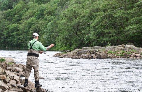 NYTER FERIEN: Harry Hitsøy fra Sandnes nyter ferien med med laksefisking i Lygna.