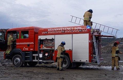RYKKET UT: Brannbvesenet Sør kom raskt til Hausvik industriområde.