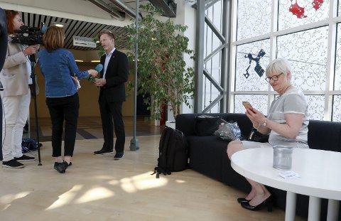 REGION VIKEN: Daværende mosseordfører Tage Pettersen blir intervjuet med den nye fylkesmannen Valgerd Svarstad Haugland i forgrunnen under presentasjonen av reformen i fjor.