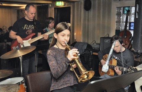 TIDLIGERE KONSERT: Elever ved Vestby kulturskole spiller jazz sammen med lærerne. Lotte Nordgård (10) på flygelhorn.
