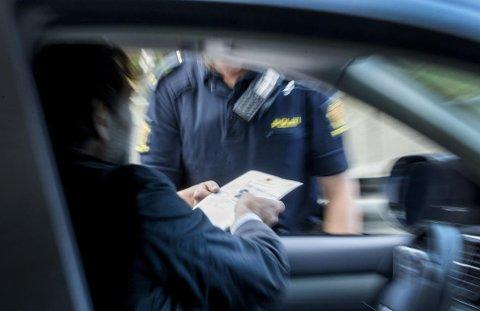 I dag får du gebyr hvis du blir stoppet og ikke har med førerkortet fysisk. Snart kan du laste det ned på mobilen og dermed ha det med deg digitalt.