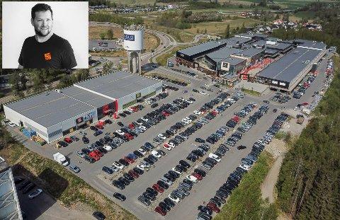 Daglig leder Ole Martin Scharning-Ulsaker (innfelt) flytter nå butikken fra outlet-området, hvor de har vært naboer med Outlet One og Extra Leker i flere år.