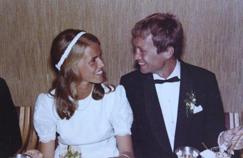 EKTEPAR: I 1973 giftet Karsten Alnæs seg med sin Nina i Holmenkollen kapell i Oslo.