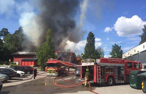 BRANN: Brannvesenet jobber intens for å slukke og begrense brannen på Toppåsen skole. Foto: Oslo brann- og redningsetat