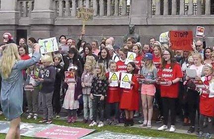 SANG MOT STØY: Aksjonsgruppa Stopp Støyen holdt appeller og sang mot støy foran Stortinget. Her klipp fra en video publisert på Østlandets Blads nettsider.