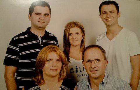 Nexhmije og Xhevdet Mujaj sammen med de tre barna. Foto: Privat