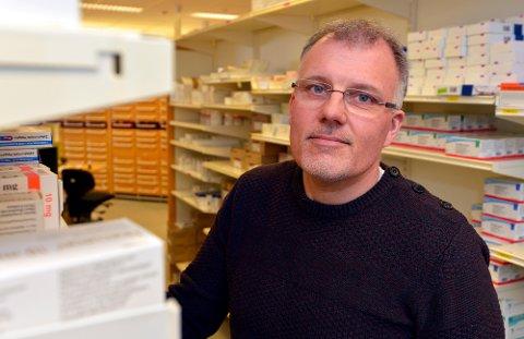 AVVIK: Espen Mælen Hauge er sjef for sykehusapotekene i Helse Nord. Her er han på lageravdelingen på sykehusapoteket i Tromsø der medisinen oppbevares.