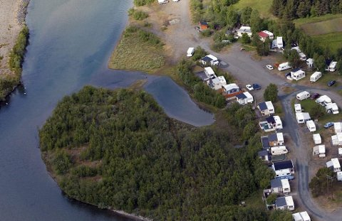 ULOVLIGE: En av klyngene med campingvogn og spikertelt i Skibotndalen. I en ny revisjonsrapport overlevert kommunen konkluderes det med at 1500 spikertelt i kommunen er ulovlige.