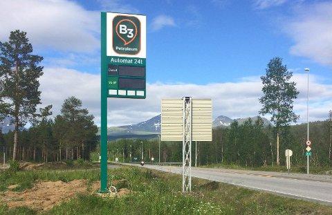 LOVER FAST LAV PRIS: Snart åpner den helt nye bensinstasjonen på Buktamoen. Prosjektleder for Buktamo eiendom, Lars Tore Hansen, forteller at de kommer til å holde en fast lav pris på drivstoff.