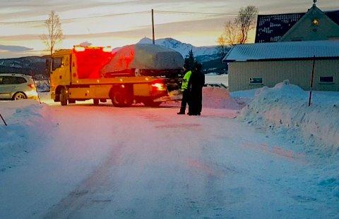 Her blir ulykkesbilen kjørt ved av bergingsbil i Rossfjordstraumen, etter en trafikkulykke tidlig søndag morgen. Foto: Rune Ottarsen