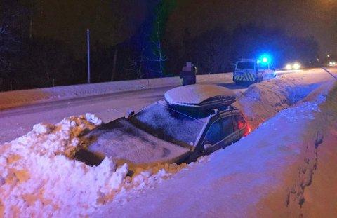 ULYKKE: Bilen med tre personer i kjørte av veien i Hamna og havnet i brøytekanten.