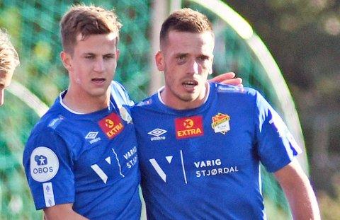 TIL-INTERESSE: Sander Kartum og Mats Lillebo feirer en av Lillebos to scoringer på Alfheim 31. juli, i en kamp TIL til slutt vant 4-2. Begge to følges med et tett blikk av TILs sportslige ledelse.