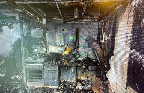 FRA KJØKKENET: Slik så det ut på kjøkkenet i 29-åringens leilighet etter brannen 12. mai i fjor.