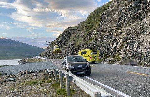 ULYKKE: Et ambulansehelikopter fra UNN landet på E6 i ved Straumfjorden i Nordreisa etter en trafikkulykke 28. juli i år.
