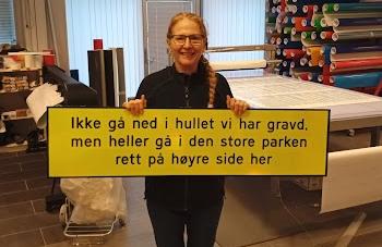 I HUI OG HAST: «Helt tilfeldig» fant Mår Hasharoni i Text-let et skilt med akkurat den rette teksten.