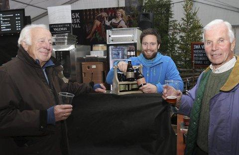 GODT ØL: -Vi må innom og få med oss ølet til Små Vesen på hytta, sier Per Kristian Tandberg og Henrik Schoubye til ølprodusent Kristian Belsheim.Foto: Geir Norling