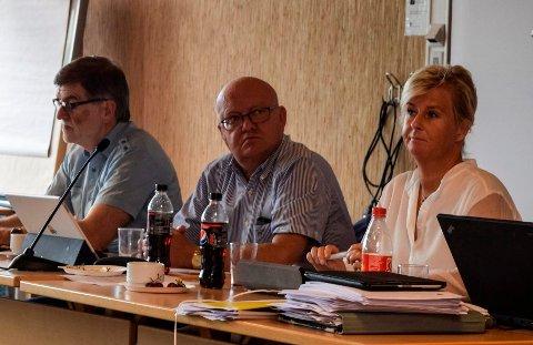 - På kort sikt trengs en kollektiv dugnad. På lengre sikt må vi gjøre ting annerledes enn i dag, sa rådmann Arne Skogsbakken (t.v.) da kommunestyret drøftet økonomirapporten etter første tertial. T.h. ordfører Terje Odden (Ap) og varaordfører Mona Tønnesland Tholin (Sp).