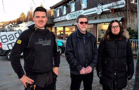 OVERTAR: Hagens Rørservice AS har kjøpt Stenrud-eiendommen i Hov sentrum. F.v. Stian Hagen, Svein Arild Hagen og  Lene Hagen.