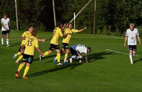Jørgen Ninive Pettersen (t.h) jublet for sin 4-2-scoring, mens Andreas Østerud (f.v), Adonis Sopa og Ingolfur Ørn Kristjansson (nummer 22) scoret de øvrige målene for Raufoss 2.