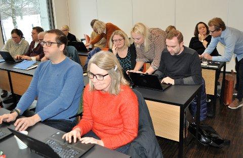 KONSENTRERTE: Rektor Erik Grimsbø (foran f.v.) og inspektør Nina Skjellerud ved Gjøvik skole, sitter denne uken på «skolebenken» sammen med 25 andre skoleledere for å lære hvordan de best kan bruke digitale hjelpemidler til å forbedre læringen i skolen.