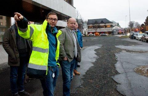 NÆRMER SEG: Bjørn Magne Stensby i Innlandets fylkeskommune og ordfører Torvild Sveen håper en ny bit av Strandgata er blitt miljøgate innen ett års tid.