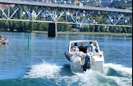 Her stikker tyvene av fra båthavna på Vingnes fredsg morgen (fra videofilmen) Foto: Privat