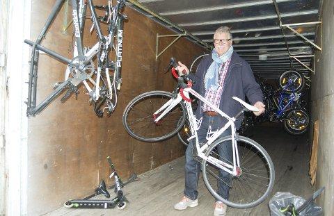 EN SYKKEL NUMMER TO: – Jeg tenker at her har mange muligheten til å finne sykkel nummer to: en hyttesykkel, til sykle til-jobben-sykkel, pub til pub-sykkel. En sykkel som man ikke behøver å være superredd for og som ikke trenger å stå i stua. Jeg har noen få av dem òg, sier Stig Alf Hansen. BEGGE FOTO: METTE KVITLE