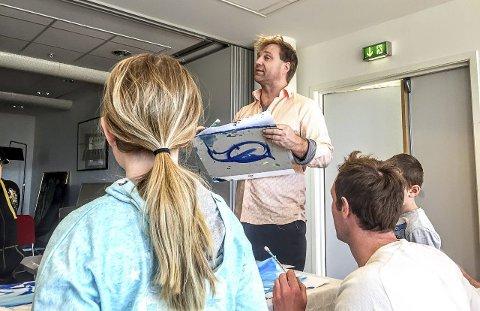GOD HJELP: Unge malere fikk hjelp av Vebjørn Sand i Ås kulturhus. BEGGE FOTO: LINUS OLHANS