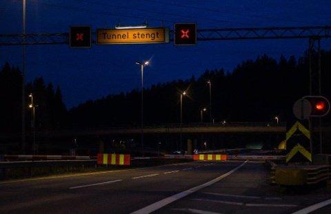 NATTESTENGT: Det ene løpet i Nordbytunnelen er stengt, og trafikken i begge retninger dirigeres gjennom ett løp. Derfor er det satt opp midtdelere i tunnelen.