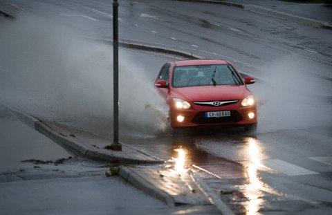 VANNPLANING: Regnet har falt ned jevnt og trutt søndag. Her fra Åsveien i Ski.