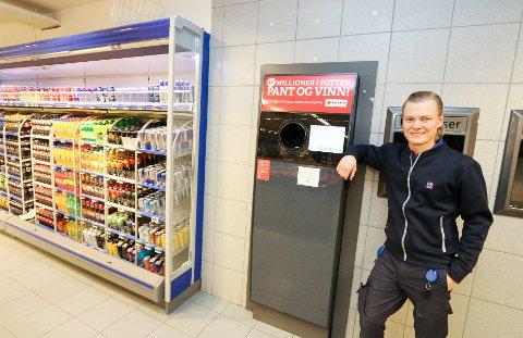 PÅ 13. PLASS: Even Wisløff, nestkommanderende for Rema 1000 Sofiemyr, gleder seg over at kundene støttet Pantelotteriet med 218.365 kroner i fjor. Det ga butikken en 13. plass i Akershus.