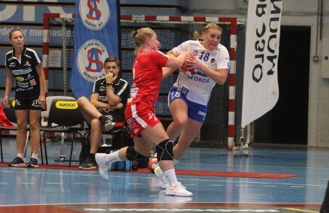 TUNGT BAKOVER: Ida Ringlund Hansen forsøker å stoppe Fanas Marit Bøyum.