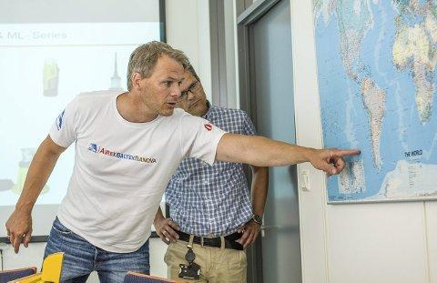 Påskeøya: Ekspedisjonen skal seile tur/retur Peru-Påskeøya. Torgeir S. Higraff viser Jotron-lederen reiseruten.