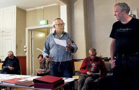 Auksjonarius: Vidar Thoresen tok jobben som auksjonarius med god hjelp av Nils Karl Kristiansen slik at auksjonen gikk i ekspressfart for de ivrige kjøperne.foto: per albrigtsen