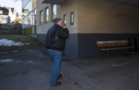 Hugo Skau Carlsen kjenner de gamle følelsene komme når han oppsøker gamle tomter der han ble plaget. Han tror Larvik kommune er moden for et mobbeombud.