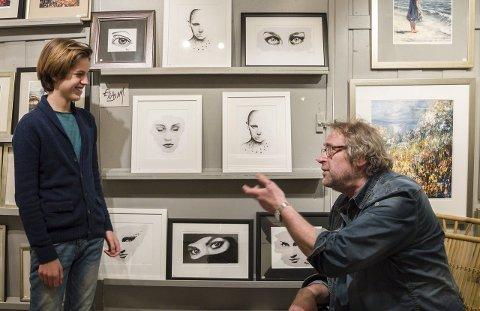 GAMMEL OG UNG: Elias Nyegaard Michelsen er den yngste faste utstiller med sine bilder i galleriet til bestefar Fritz Helge Nyegaard i Steinbrakka.