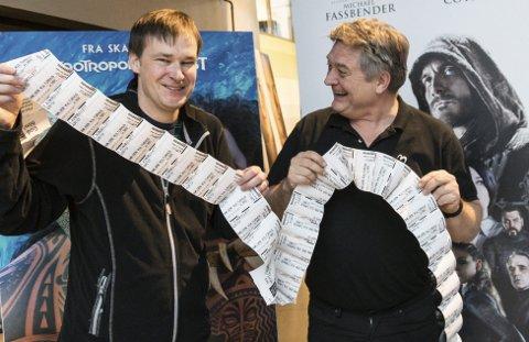 Billettsalg: Kinoansvarlig Lasse Brennvall og kulturhussjef Andreas Gilhuus har sett kinobilletter fly ut det siste året. Med over 110.000 solgte billetter kan de notere seg for tidenes beste kinoår i Bølgen.foto: Per Albrigtsen