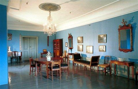 """NYKLASSISISME  Det såkalte """"Diriks rom"""" i Herregården har mer preg av den tidlige nyklassisisme sist på 1700-tallet enn tiden da eidsvoldmannen Diriks var byfogd i Larvik (1812-14)."""