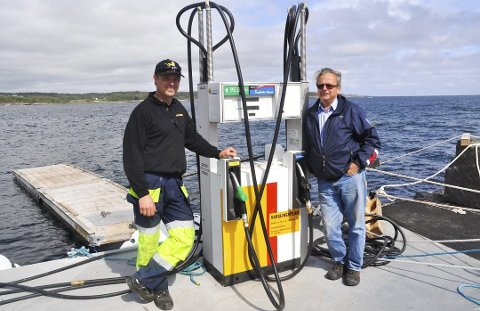 SLUTT: Johan Fredrik Fredriksen fra Vestfold Oljeselskap og Tor Erling Andersen fra Nevlunghavn Gjestgiveri var glade for at båtturister endelig kunne fylle tanken i Havna da dette bildet ble tatt i 2015. Men selskapet klarte aldri å tjene penger.
