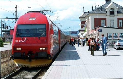 HIT MEN IKKE LENGER: Togene nordfra kjører til Hamar, men ikke lenger. Videre går ferden mot Eidsvoll med buss. Når passasjerene kommer dit risikerer de å vente lenge på tog videre, opplyser NSB.