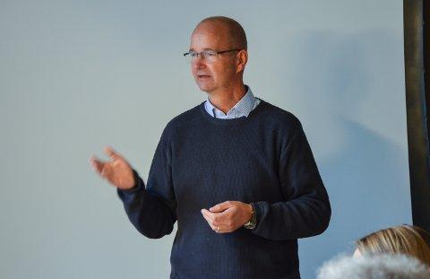 UTSATT: Enhetsleder Hans Erik Skari orienterer formannskapet om framdriften på Helsehuset.